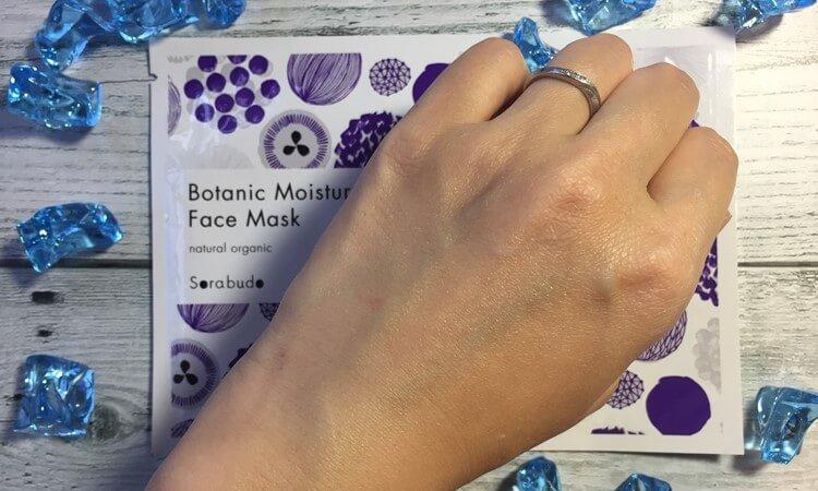 Sorabudo(ソラブドウ)ボタニックセラム(美容液)を手の甲に塗ってしばらく経った頃。肌に馴染んだのでテカリもべとつきもなくなりサラっとした肌に。