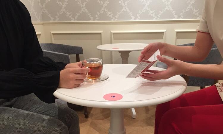 銀座カラー新宿東口店で次回の予約。ハーブティーをいただきながら